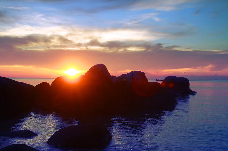 """""""Sai Nuang"""" Bay au coucher du soleil."""