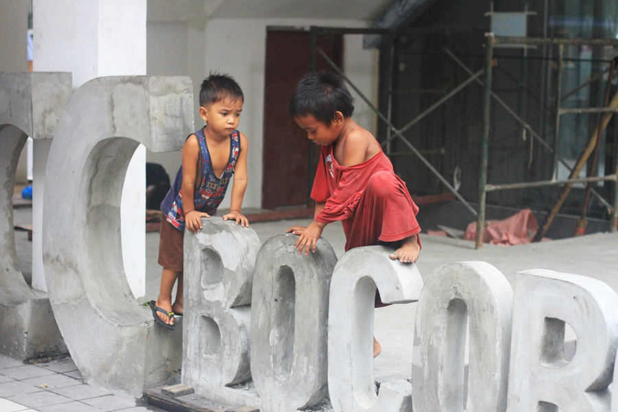 De nombreux enfants èrent dans les rues de Manille...