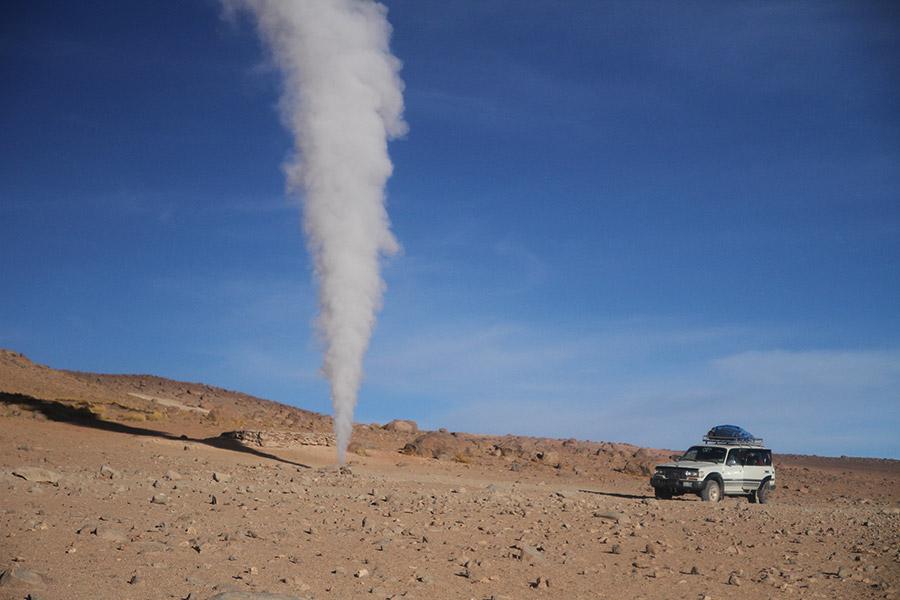 Uyuni-geysers-et-jeep-paysage