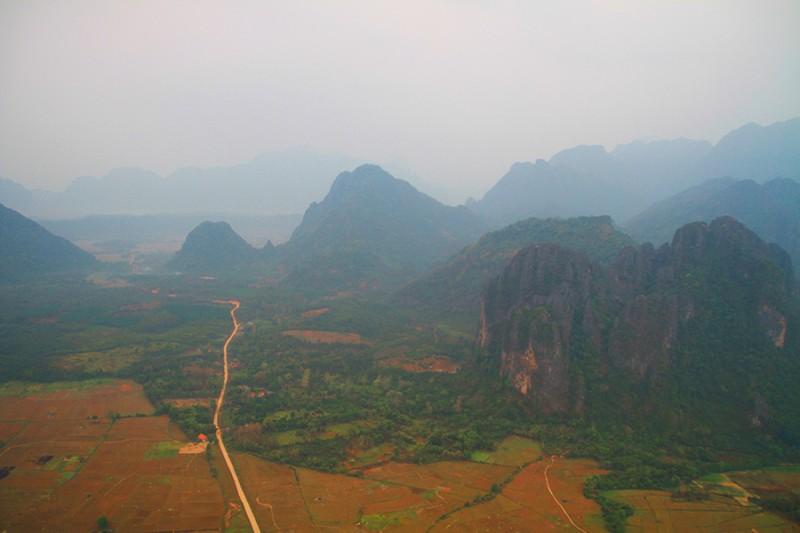 Vue sur les environs de Vang Vieng en montgolfière.