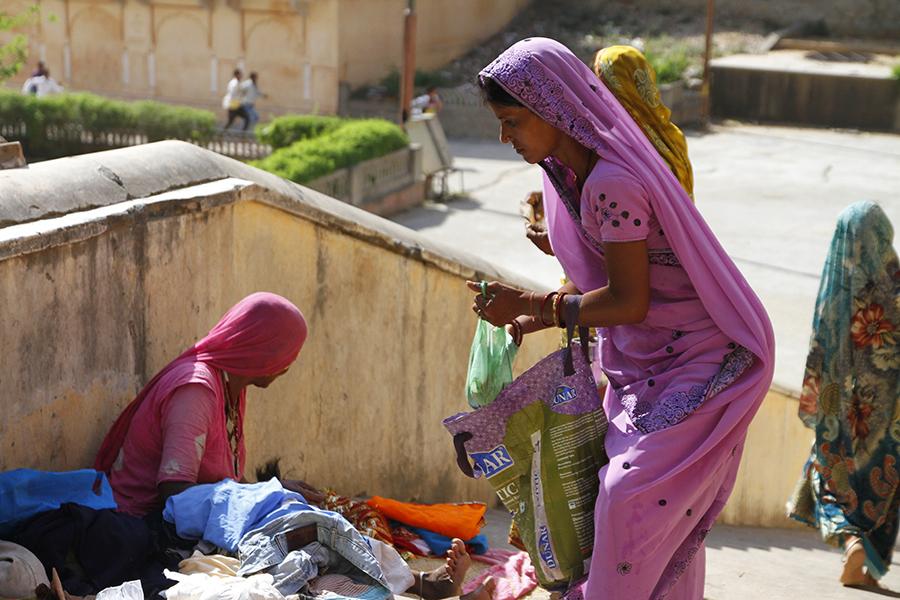 Une femme indienne vêtue d'un joli sari rose...