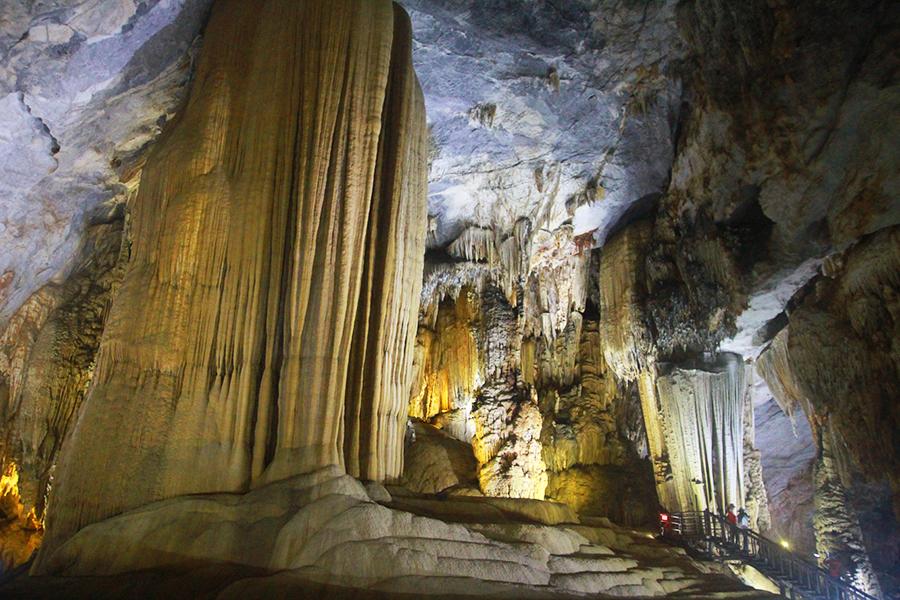 Une stalagtite géante dans la grotte du paradis
