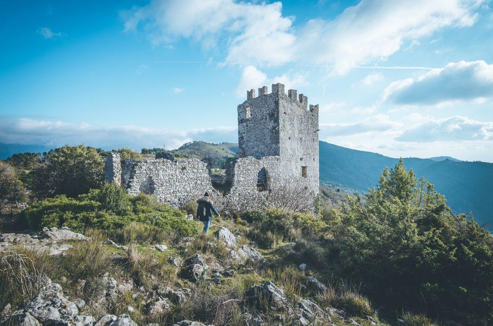 Une randonnée épique au milieu des ruines de l'ancien village médiéval de Châteauneuf-Villevieille