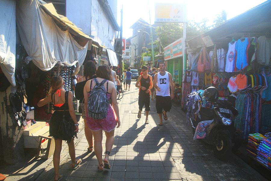 Promenades dans les ruelles de Kuta.